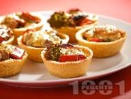 Рецепта Солени зеленчукови тарталетки с пълнеж от чушки, броколи и карфиол и яйчен сос